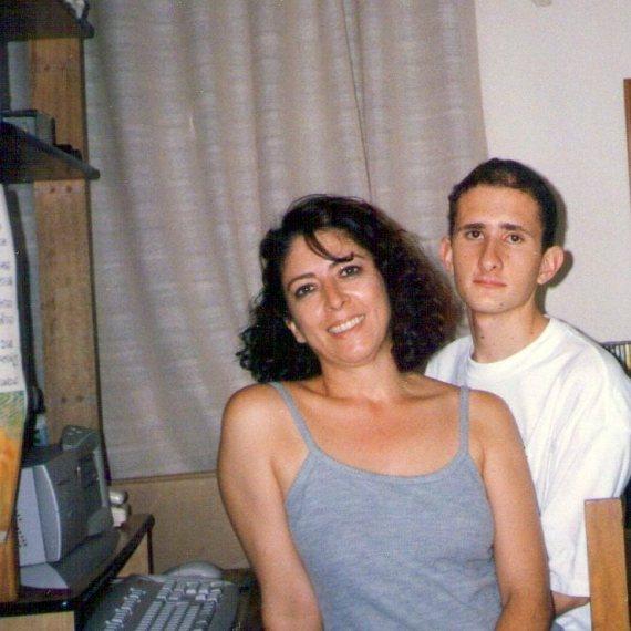 A mis 17 años, junto a mi madre en nuestra casa